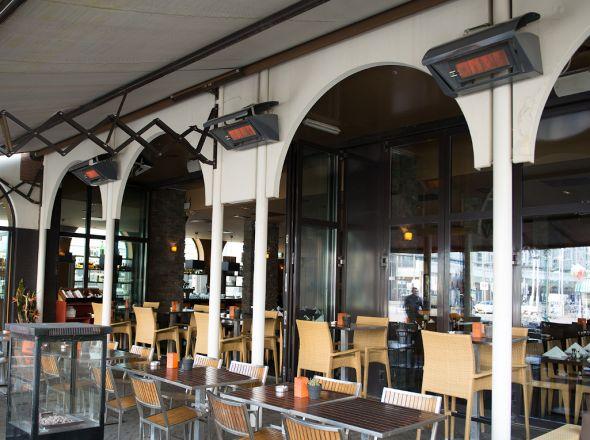 Die Terrasse eines Restaurants wird mit Terrassen Heizstrahlern von Schwank beheizt.