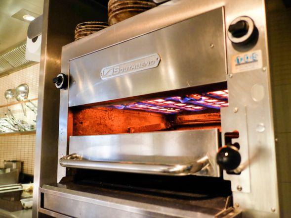 Ein Southbend Grilll mit Keramikplatten von Schwank in Betrieb.